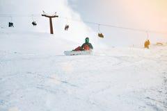 女孩在冬天学会在山的雪板运动 库存图片