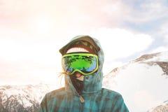 女孩在冬天学会在山的雪板运动 免版税库存图片