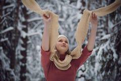 女孩在冬天森林走 免版税图库摄影