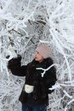 女孩在冬天森林里 免版税库存图片