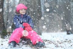 女孩在冬天森林里 免版税图库摄影