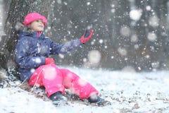 女孩在冬天森林里 库存图片