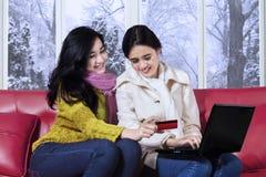 女孩在冬天给在网上购物穿衣 免版税库存照片