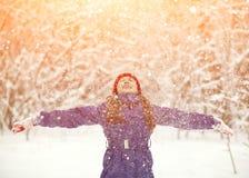 女孩在冬天 户外子项 库存照片