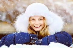 女孩在冬天 青少年户外 免版税图库摄影