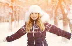 女孩在冬天 青少年户外 免版税库存照片