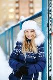 女孩在冬天 青少年户外 库存图片