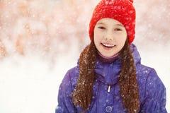 女孩在冬天 青少年户外 库存照片