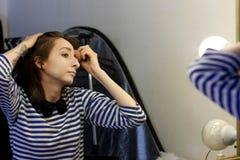 女孩在化装室准备好performan 免版税库存图片