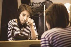 女孩在化装室准备好performan 免版税库存照片