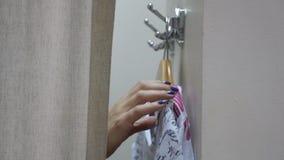 女孩在化装室 股票视频