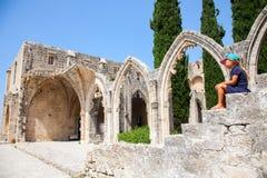 女孩在北部塞浦路斯的Bellapais修道院里,凯里尼亚 免版税库存图片