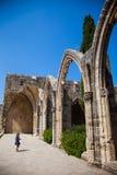 女孩在北部塞浦路斯的Bellapais修道院里,凯里尼亚 图库摄影