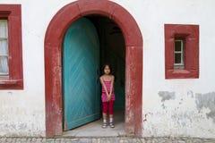 女孩在半木料半灰泥的房子里在一个村庄在阿尔萨斯 免版税库存照片