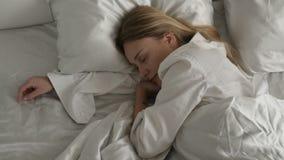 女孩在卧室睡觉 影视素材