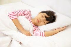 女孩在卧室睡觉 免版税图库摄影