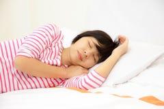女孩在卧室睡觉 免版税库存图片