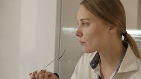 女孩在厨房里吃着 股票录像