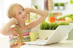 女孩在厨房里 免版税图库摄影