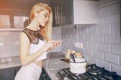 女孩在厨房里 图库摄影