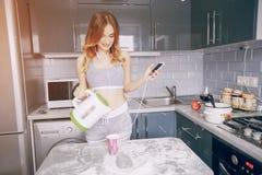 女孩在厨房里 库存照片