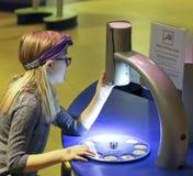 女孩在发现儿童` s博物馆, Las使用一个显微镜 库存图片