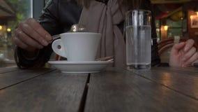 女孩在咖啡馆坐 咖啡喝 特写镜头 股票视频