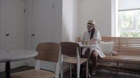 女孩在咖啡馆画 股票录像