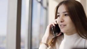 女孩在咖啡馆的电话谈话 股票视频