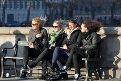 女孩在哥本哈根享用太阳 库存图片