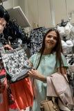 女孩在商店选择一条裙子 库存图片