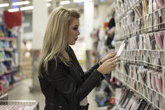 女孩在商店 免版税图库摄影