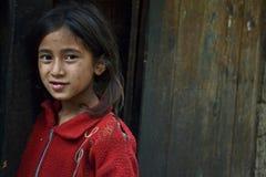 女孩在喜马拉雅山的村庄 免版税库存图片