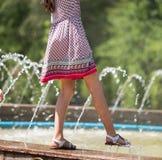 女孩在喷泉附近走 免版税库存图片