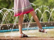 女孩在喷泉附近走 免版税库存照片