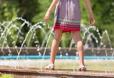 女孩在喷泉附近走 免版税图库摄影