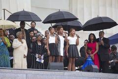 女孩在国王Family前面唱歌 免版税库存照片