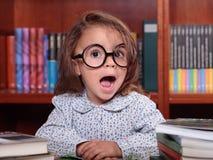 女孩在图书馆里 库存图片