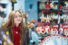 女孩在圣诞节市场上 免版税图库摄影