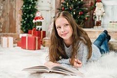 女孩在圣诞节背景中 免版税库存照片