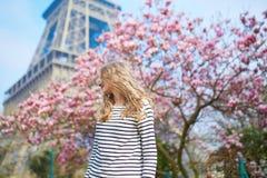 女孩在埃佛尔铁塔和桃红色木兰附近的巴黎 免版税库存照片