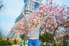 女孩在埃佛尔铁塔和桃红色木兰附近的巴黎 免版税图库摄影