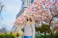 女孩在埃佛尔铁塔和桃红色木兰附近的巴黎 图库摄影