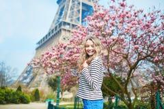 女孩在埃佛尔铁塔和桃红色木兰附近的巴黎 库存图片