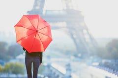 女孩在埃佛尔铁塔附近的巴黎在早晨 库存图片