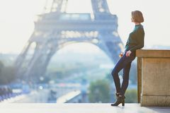 女孩在埃佛尔铁塔附近的巴黎在早晨 图库摄影