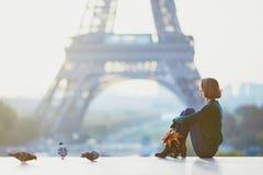 女孩在埃佛尔铁塔附近的巴黎在早晨 库存照片