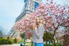 女孩在埃佛尔铁塔附近的巴黎和在盛开的桃红色木兰 免版税库存图片