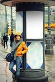 女孩在城市 免版税库存照片