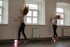 女孩在基洛夫市排练在一个体育俱乐部猕猴桃的体育舞蹈我 库存照片